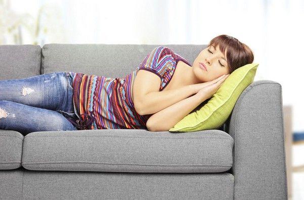 Лежачи на дивані