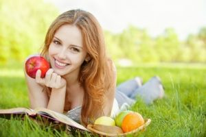 Яблука наносять зубам більше шкоди, ніж мінералка