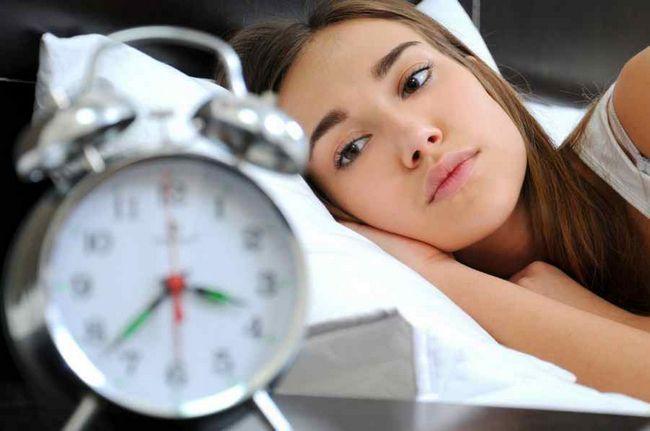 дівчина і годинник