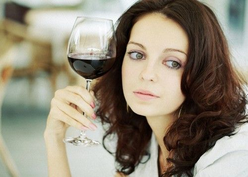 дівчина з вином