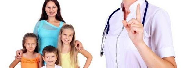 Діти з мамою і лікар