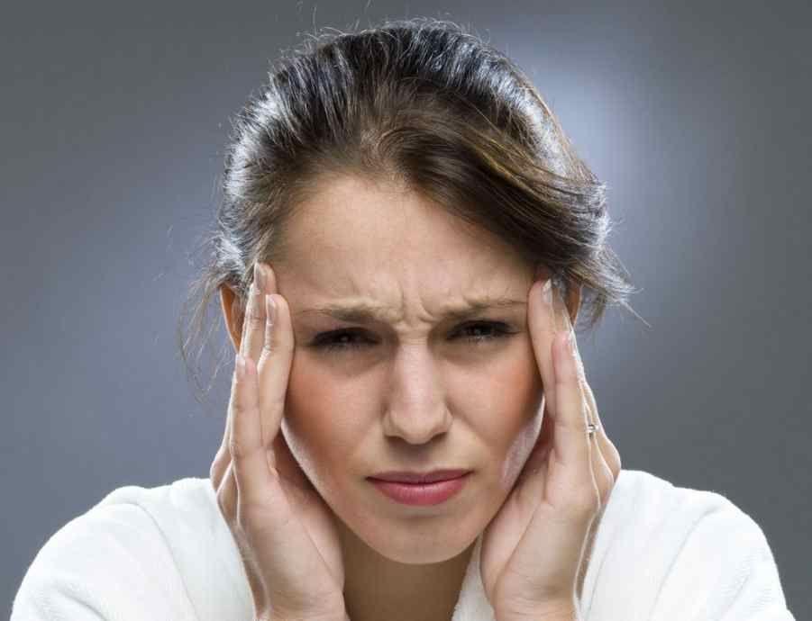 головний біль у дівчини