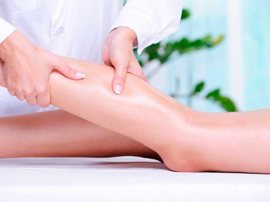 масажують ноги у дівчини