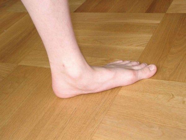 Нога на підлозі
