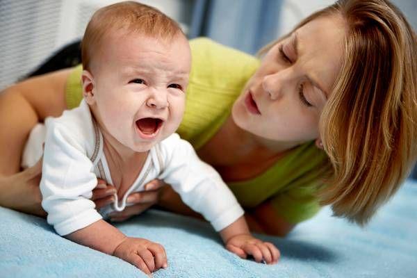 Мама заспокоює дитину