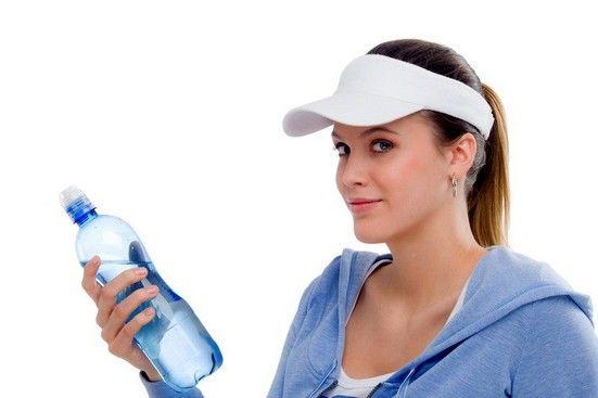 дівчина з пляшкою води